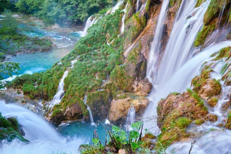 Claque de Sastavci de cascades de Sastavci vue d'en haut, aux lacs Plitvice, la Croatie - destination scénique populaire en Europ images stock