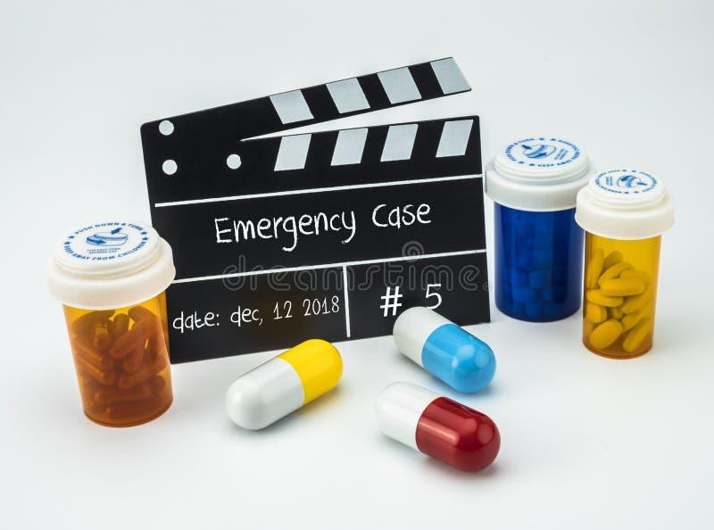 Claquette avec le cas d'urgence de titre avec quelques capsules images libres de droits