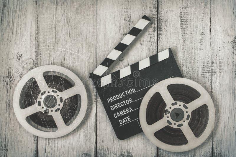 Claquettes et deux bobines de film photos libres de droits