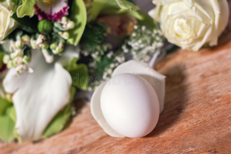 Clara de huevo y flores fotografía de archivo