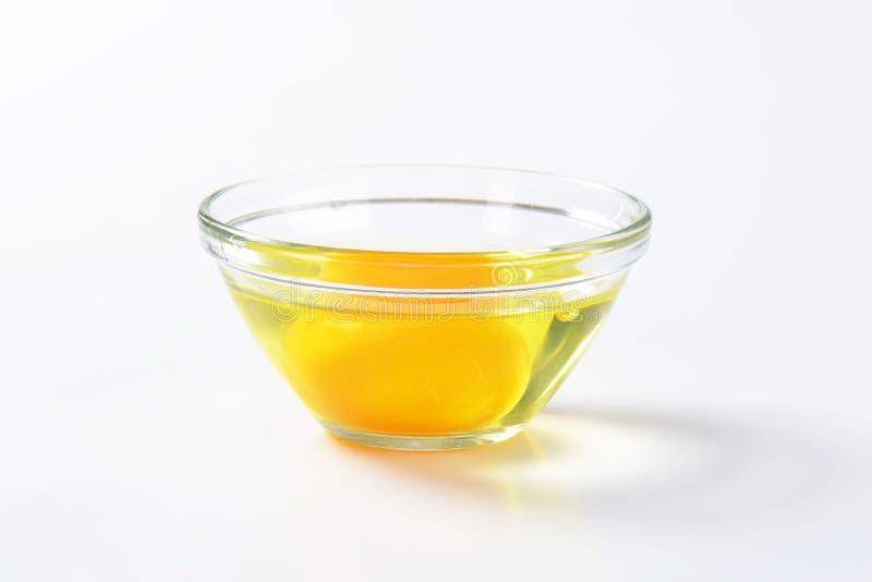 Clara de huevo y yema de huevo en bol de vidrio foto de - Bol de vidrio ...