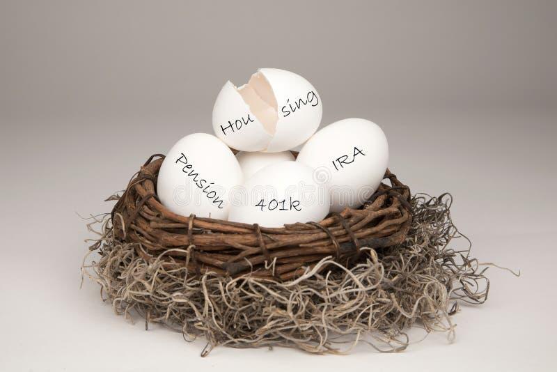 Clara de ovos quebrada do ninho imagens de stock