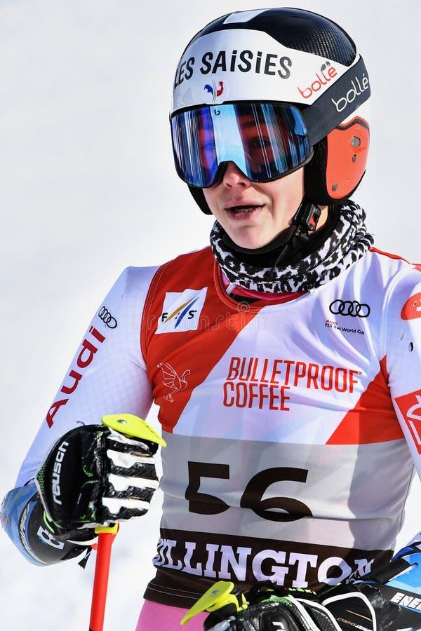 Clara Direz de la France dans le secteur de finition après la deuxième série de slalom géant images stock