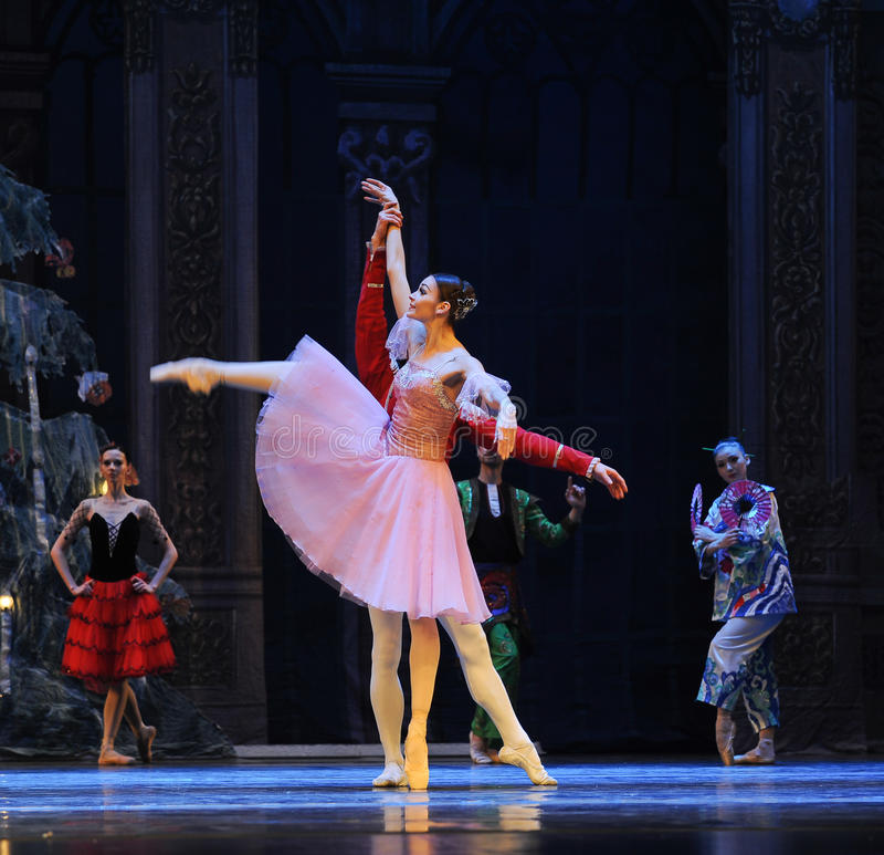 Clara keek rond merkwaardig het het suikergoedkoninkrijk van het tweede handelings tweede gebied - de Balletnotekraker royalty-vrije stock afbeelding