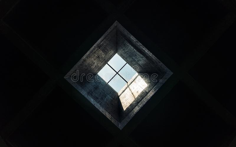 Claraboia em uma sala escura imagens de stock