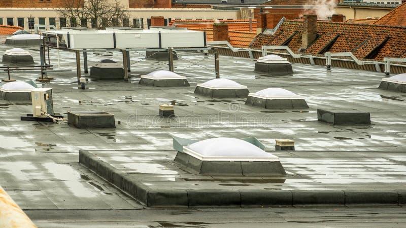 Claraboia no telhado de um armazém no centro de cidade imagem de stock royalty free