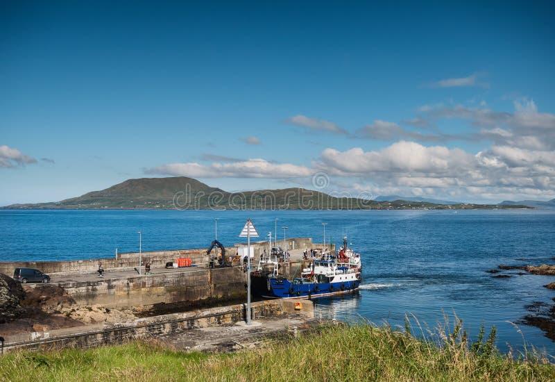 Clare Island som ses från den Roonah kajen i ståndsmässiga Mayo, Irland royaltyfri fotografi