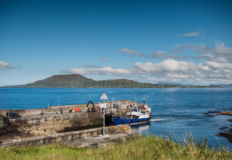 Clare Island visto da Roonah Quay in contea Mayo, Irlanda fotografia stock libera da diritti