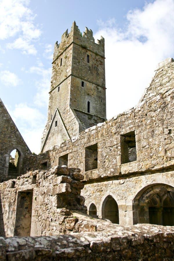 Claregalway男修道院和钟楼废墟,在爱尔兰西部 库存照片