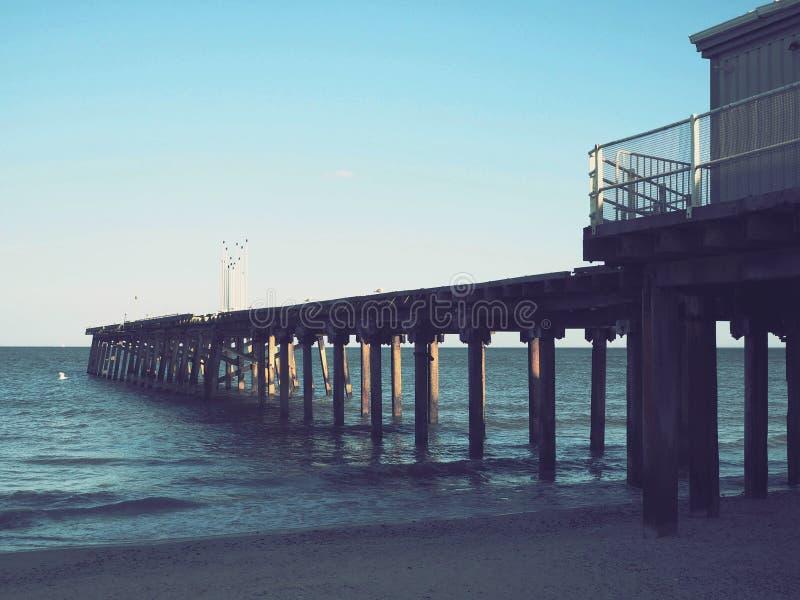 Claremont Pier di Lowestoft Beach Suffolk la sera fotografia stock libera da diritti