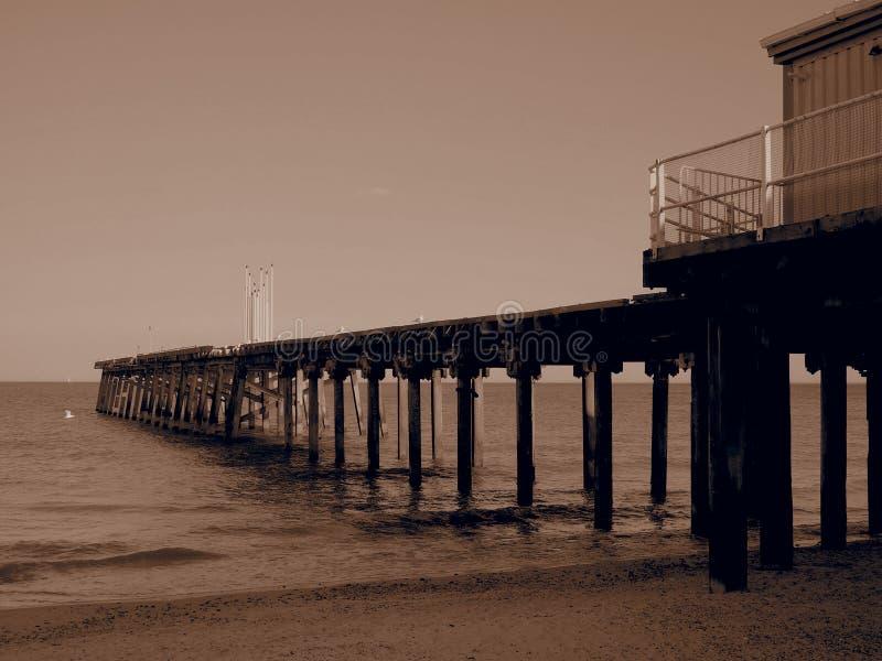 Claremont Pier från Lowestoft strand Suffolk på kvällen royaltyfri bild