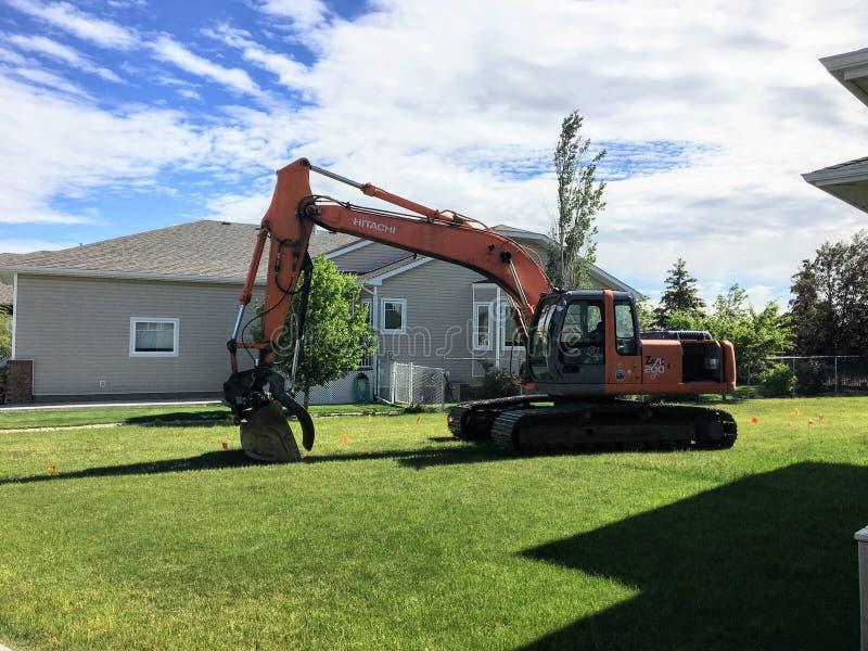 Claresholm, Alberta - 16 giugno 2017: Un sitti dell'escavatore di Hitachi fotografie stock libere da diritti