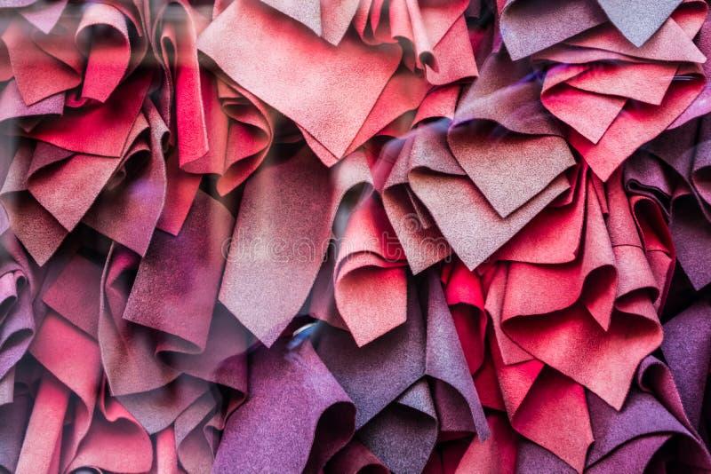 Claret, różni cienie wiele szaliki kłamają w pobliżu Piękny okno tło lub tekstura obraz stock