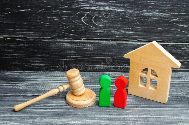 Clarificación de la propiedad de la casa corte Figuras de madera de la gente rivales en negocio competencia, ensayo, conflicto ve fotografía de archivo libre de regalías