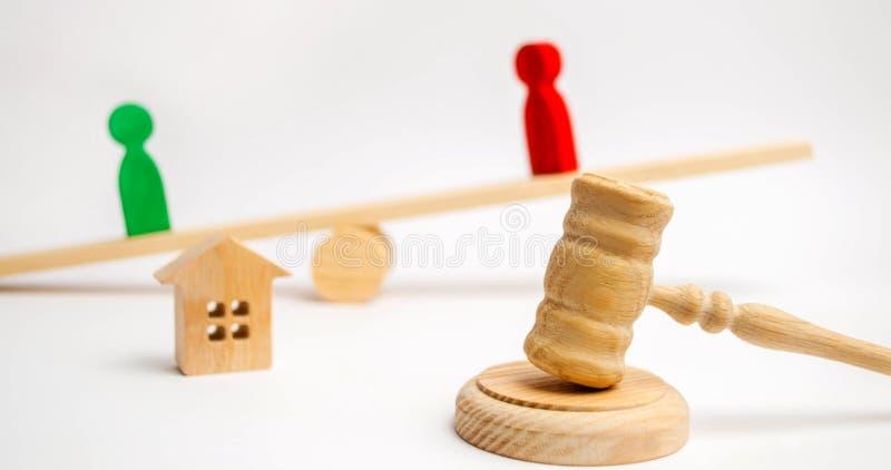 Clarificación de la propiedad de la casa Figuras de madera de la gente rivales en soporte del negocio en las escalas competencia, fotografía de archivo