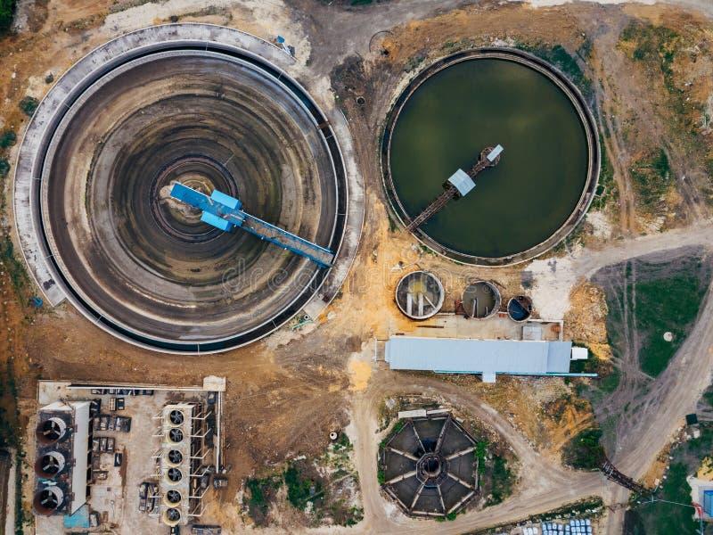 Clarificadores redondos en la depuradora de aguas residuales, visi?n superior imagen de archivo