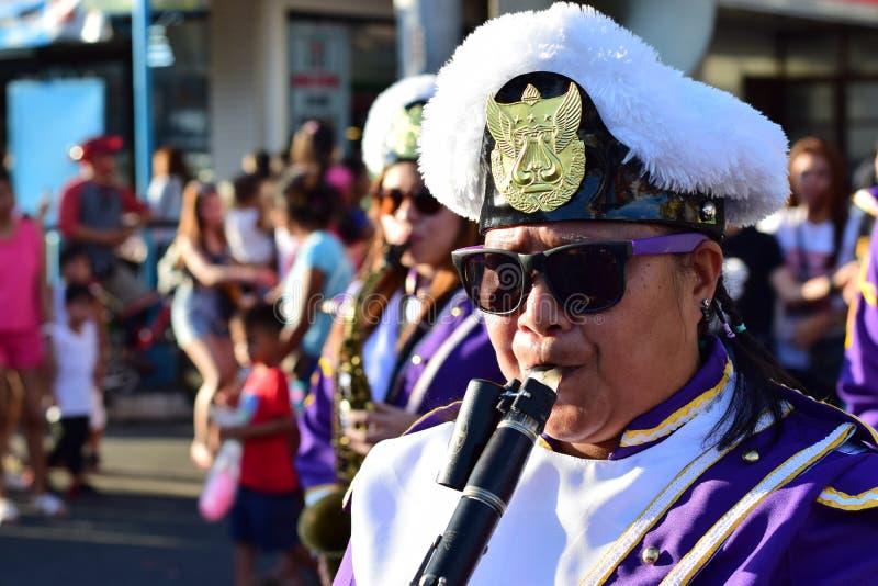 Clarinete masculino del juego del miembro de la banda durante la procesión cuaresmal foto de archivo