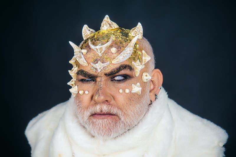Clarividente del hombre ciego clarividente con los cuernos en la cabeza magia y misterio el día de fiesta de Halloween La vara es foto de archivo
