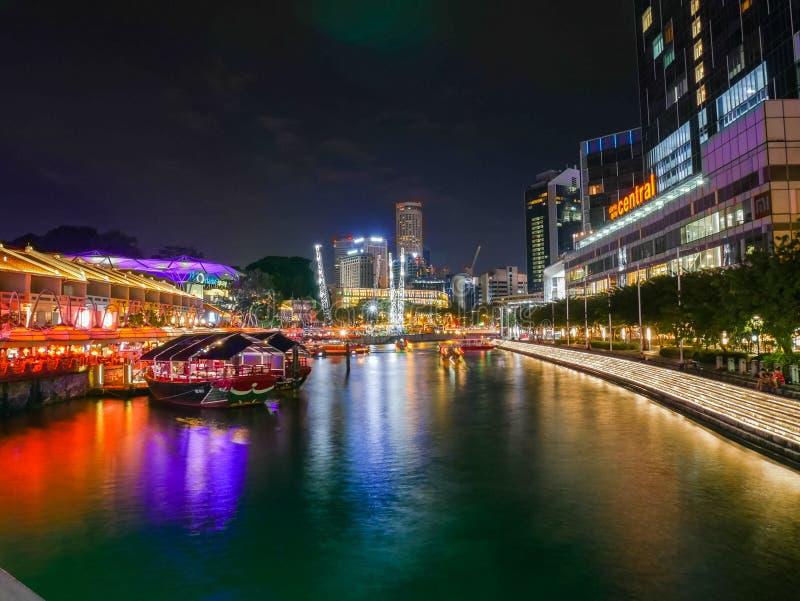 Clarke Quay Singapore Situation bij Nacht met Bootweergeven stock foto's
