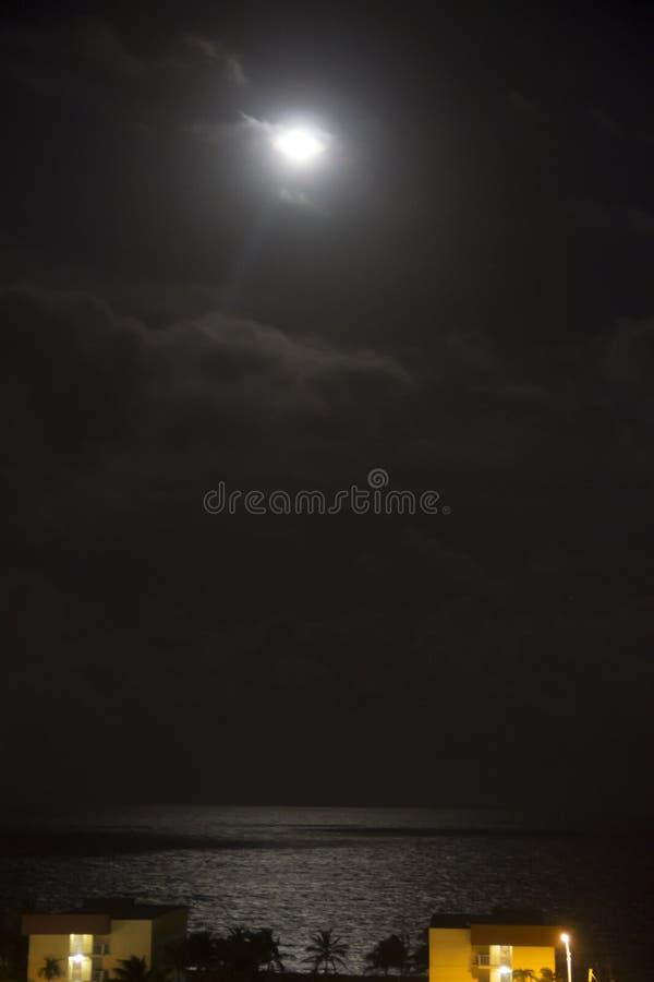 Claro de luna sobre algunos edificios en Nápoles la Florida imagen de archivo libre de regalías