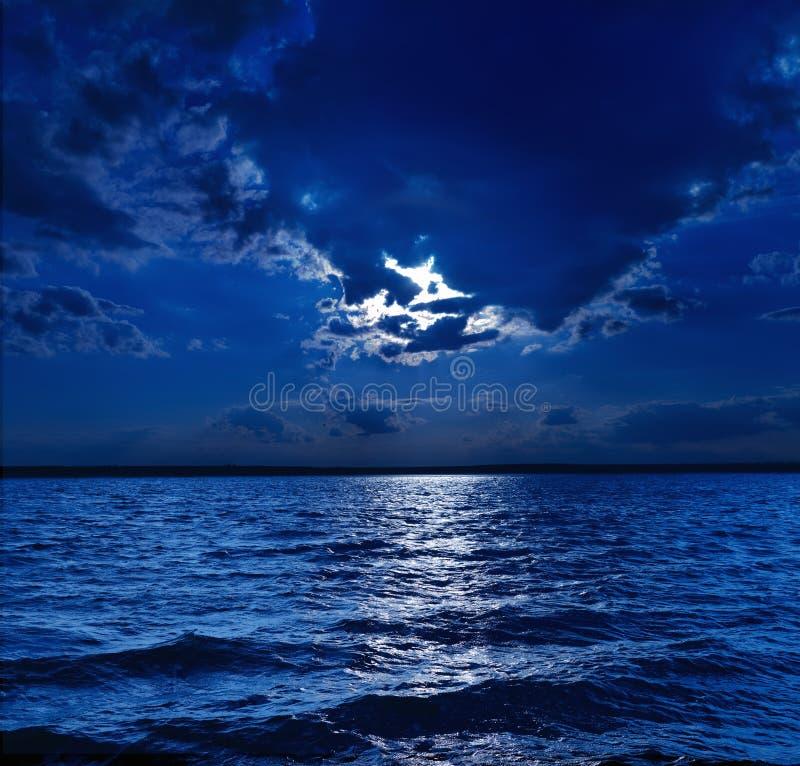 Claro de luna sobre el agua fotos de archivo