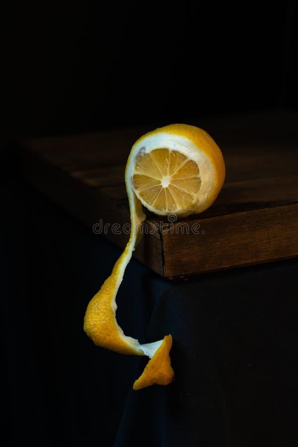 Claro-escuro descascado do limão foto de stock