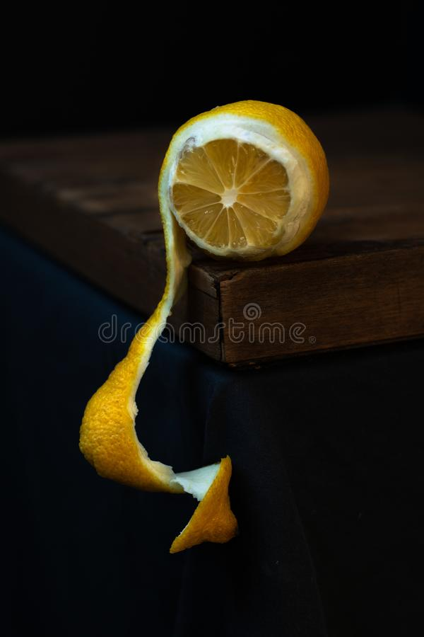 Claro-escuro descascado do limão imagem de stock