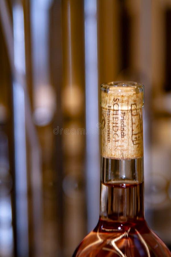 Claro já engarrafado - vinho cor-de-rosa da adega Scheidgen em Rhineland palatino em Alemanha fotografia de stock royalty free