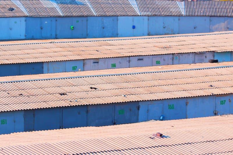 Claro - linhas azuis de garagens em Kyiv imagem de stock royalty free