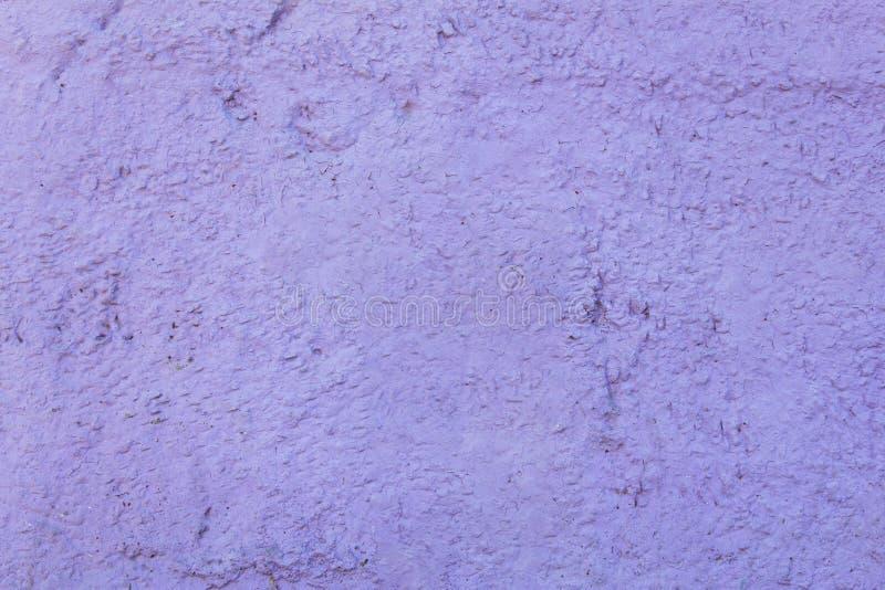 Claro - muro de cimento granulado roxo com um relevo Textura da superf?cie ?spera fotos de stock
