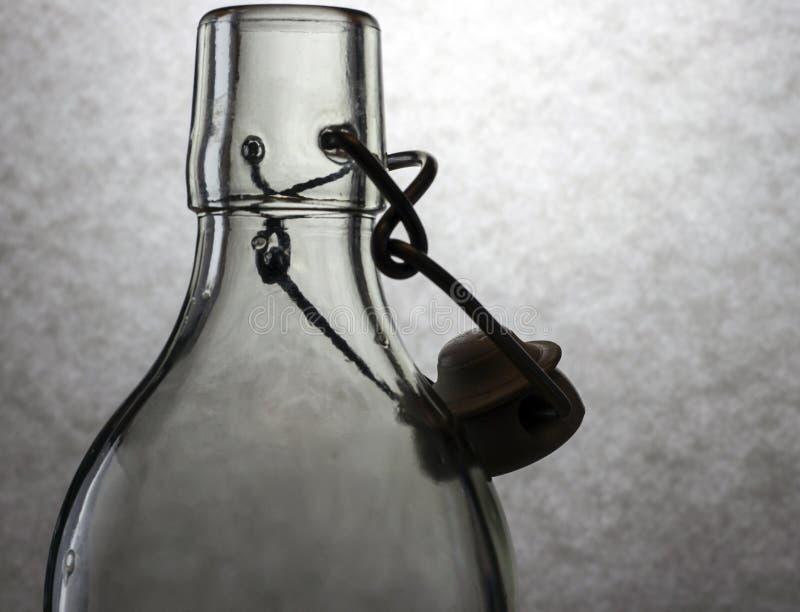Claroscuro con la botella de cristal imágenes de archivo libres de regalías