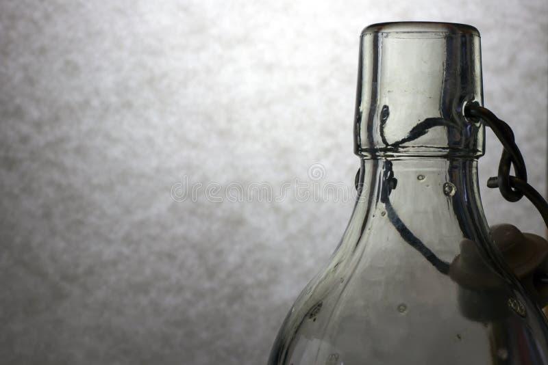 Claroscuro con la botella de cristal fotos de archivo libres de regalías