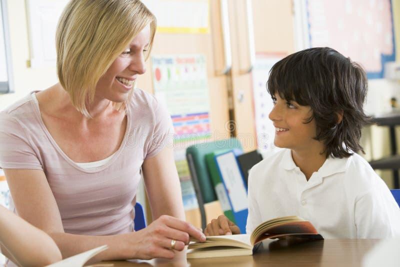 clas hans avläsningsschoolboylärare arkivbilder