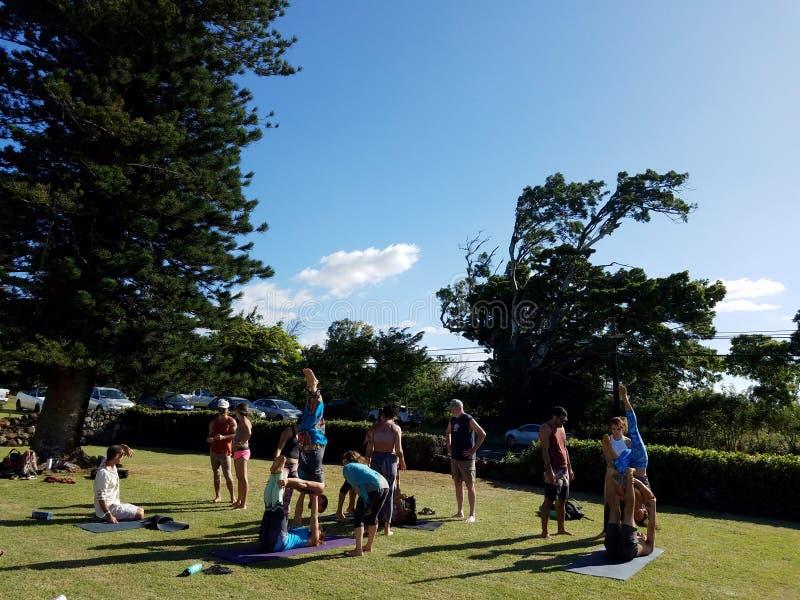 Clase AcroYoga en el Festival de Yoga de Maui imagenes de archivo