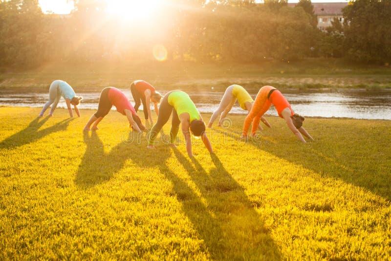 Clase al aire libre de la yoga de la salida del sol foto de archivo