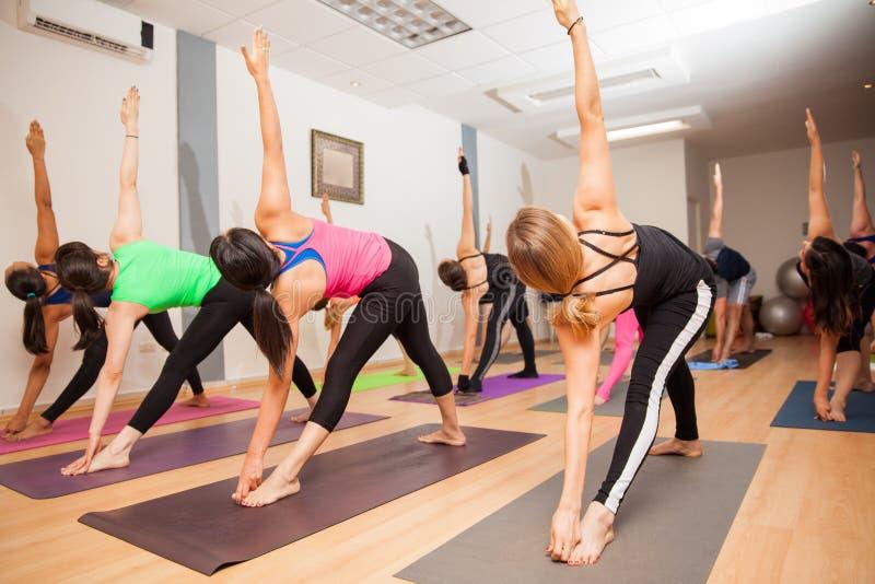 Clase auténtica de la yoga en curso fotos de archivo