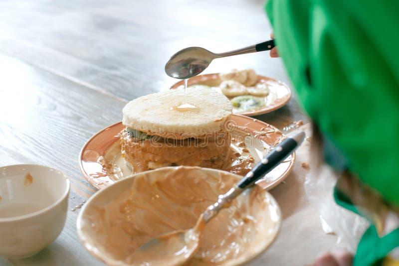Clase de cocina, culinaria Concepto de la comida y de la gente, manos del niño en cocinar de proceso de la torta dulce fotos de archivo