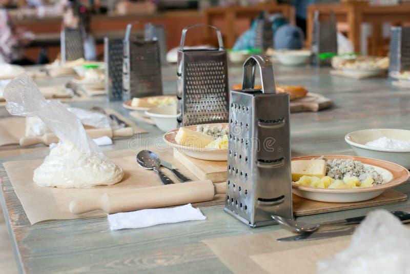 Clase de cocina, culinaria concepto de la comida y de la gente, mesa que consigue lista para el trabajo fotos de archivo