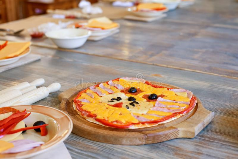 Clase de cocina, culinaria concepto de la comida y de la gente, mesa que consigue lista para el trabajo, ingredientes para la piz imagen de archivo libre de regalías