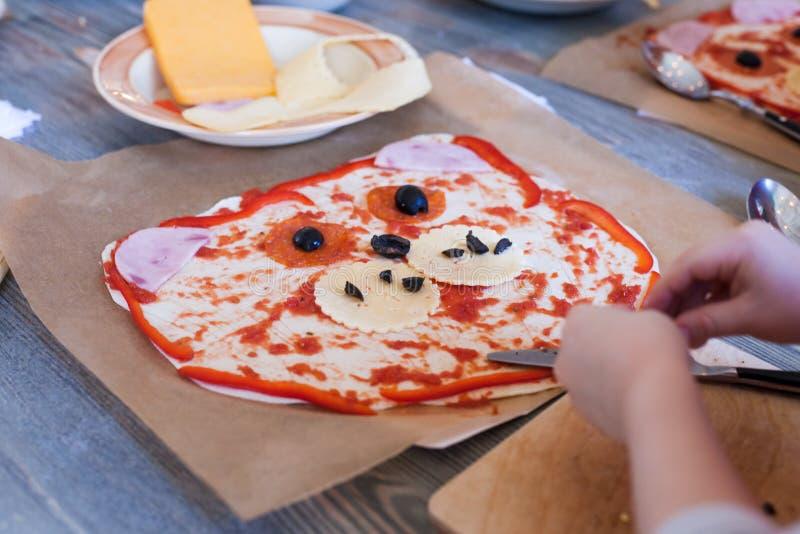 Clase de cocina, culinaria concepto de la comida y de la gente, mesa que consigue lista para el trabajo, ingredientes para la piz foto de archivo