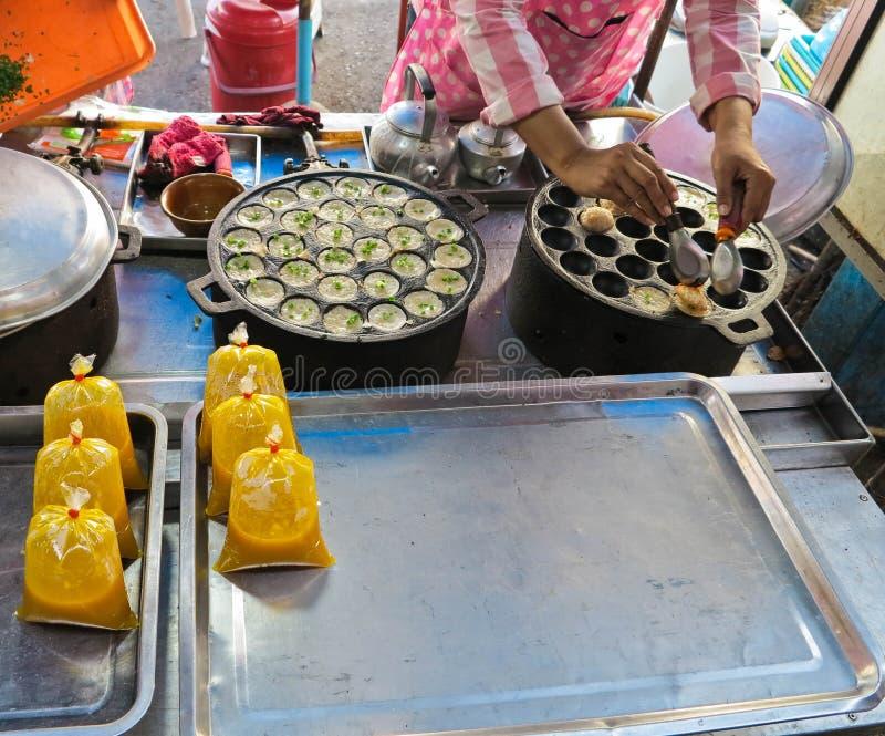 Clase de Hotcakes asados a la parrilla tailandeses del caramelo, dulces y sabrosos del Coco-arroz él el ` s para el krok pero los fotos de archivo