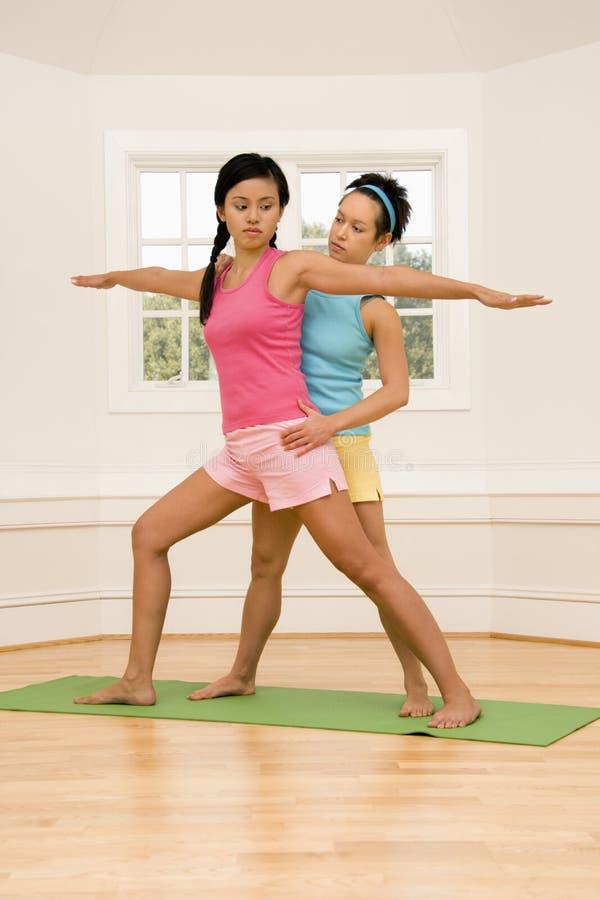 Clase de la aptitud de la yoga fotos de archivo libres de regalías