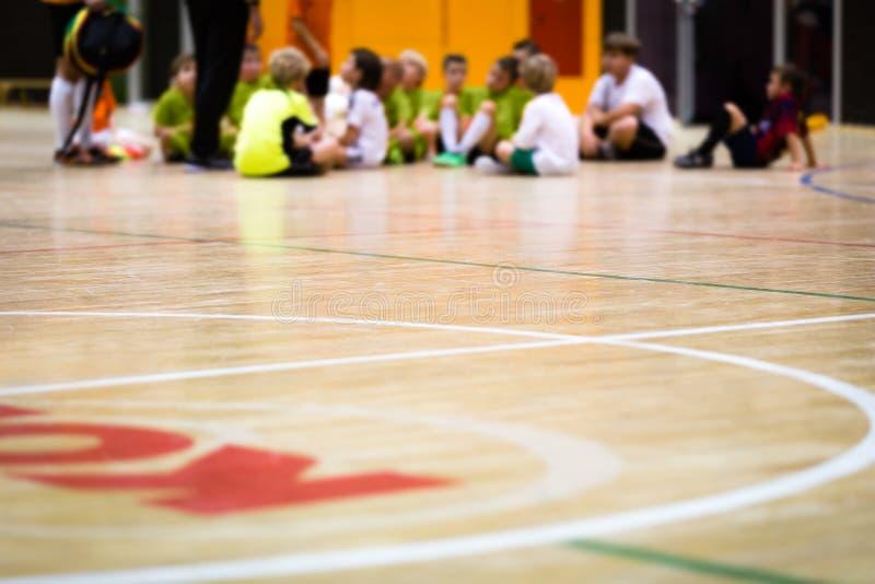 Clase de la educación física Entrenamiento del fútbol sala Enseñanza de Futsal de los niños fotos de archivo