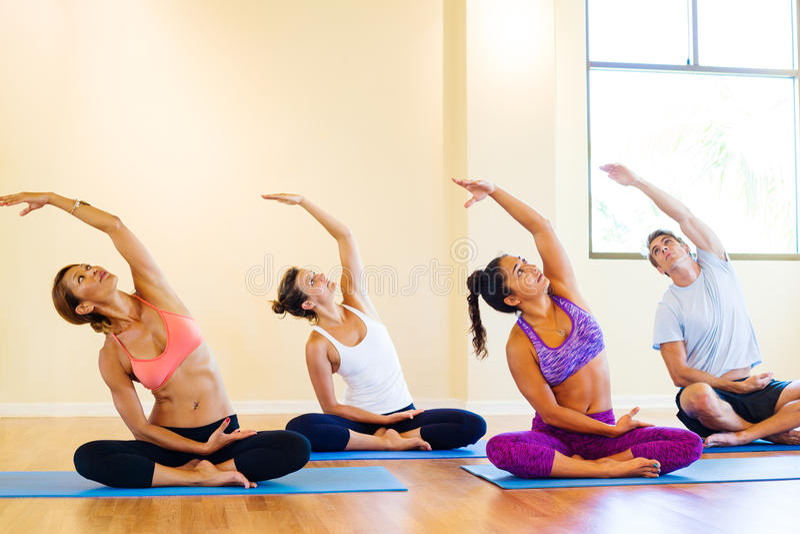 Clase de la yoga imagenes de archivo