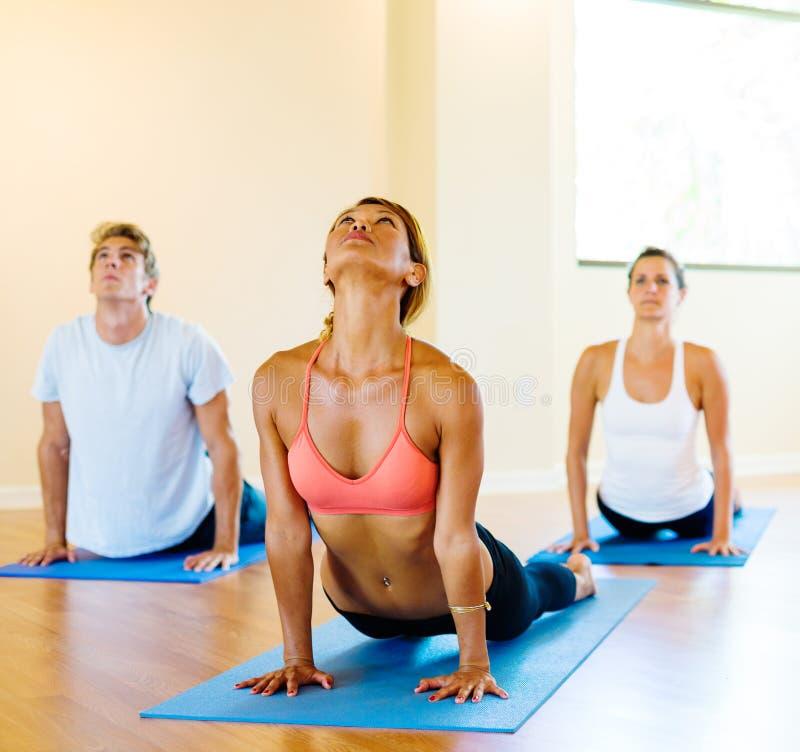 Clase de la yoga foto de archivo libre de regalías
