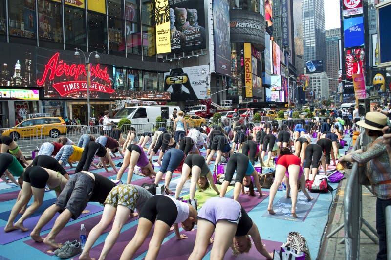 Clase de la yoga del Times Square fotografía de archivo libre de regalías