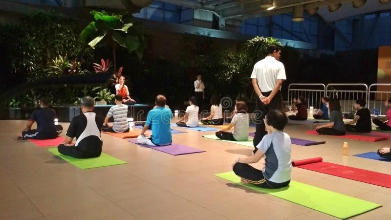 Clase de la yoga de la meditación fotos de archivo