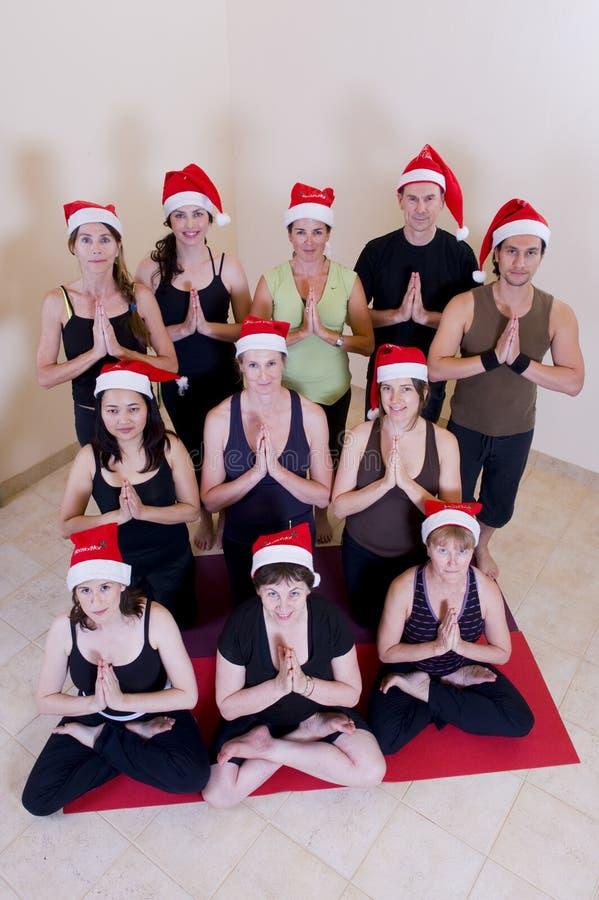 Clase de la yoga que celebra la Navidad imagenes de archivo