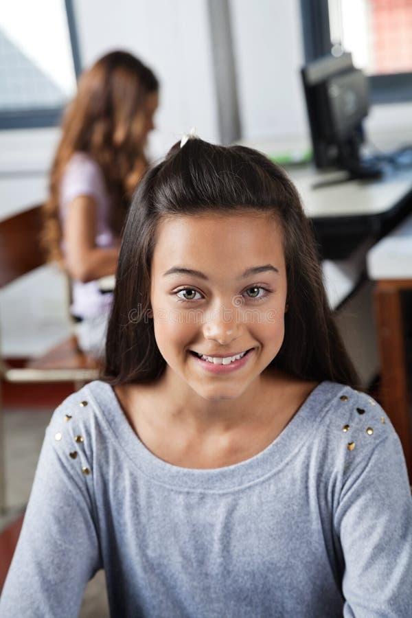 Clase de Smiling In Computer del estudiante fotografía de archivo libre de regalías