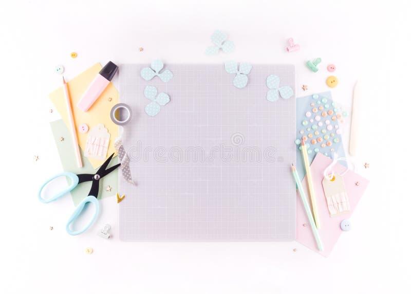 Clase del amo de Scrapbooking DIY Haga una decoración de la primavera para el interior - guirnalda floral hecha del papel Árbol c imagenes de archivo